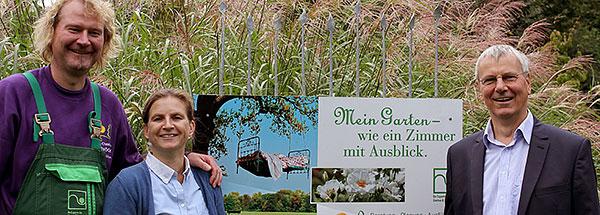Foto: Dirk Christian Schröder und Andrea Schröder freuen sich gemeinsam mit Bernd Stiebel (WFA) über das positive Ergebnis für ihr Unternehmen