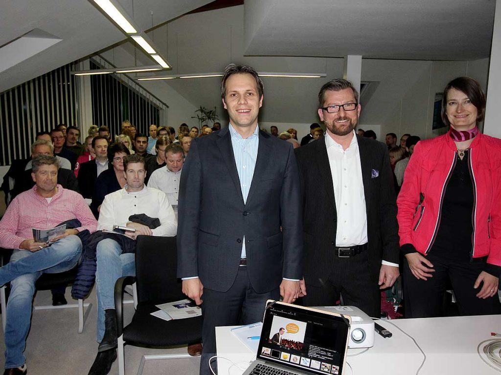 v.l.: Knut Voigt (WFA), Tobias Ain (Verkaufstrainer) und Dr. Julia Körner (IHK zu Kiel)