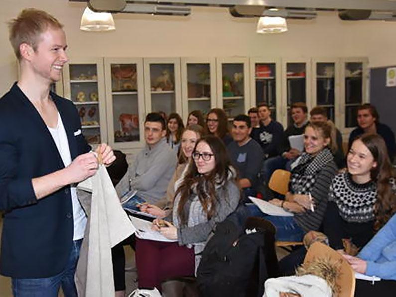 Florian Goecke gab Schülern des Berufsbildungszentrums Preetz, wo er selbst Abitur gemacht hat, Tipps zur Unternehmensgründung.